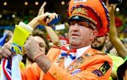 """Van Persie tặng huy chương đồng World Cup 2014 cho """"Tướng Cam"""""""