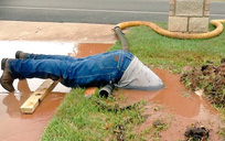 Bức ảnh nhân viên Mỹ vục mặt trong bùn sửa đường ống nước gây bão mạng xã hội