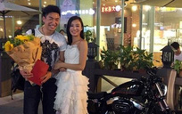 Cô nàng mặc váy cưới, lái siêu xe mô tô rồi quỳ xuống để cầu hôn bạn trai