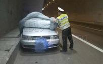 """Trung Quốc: Kiểm tra ô tô trùm kín bạt, cảnh sát tá hỏa phát hiện cặp đôi """"truổng cời"""" bên trong"""