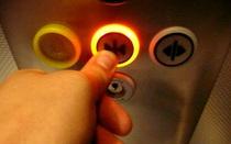 Sốc toàn tập: Nút bấm đóng cửa thang máy không hề có tác dụng như bạn vẫn tưởng!