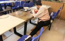 Cô nữ sinh ăn xoạc chân, ngủ xoạc chân, đến học bài cũng xoạc chân