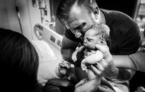 20 khoảnh khắc các ông bố bật khóc khi đón tay thiên thần nhỏ chào đời sau bao ngày mong đợi