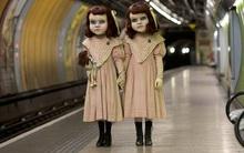 London thất kinh vì cặp đôi búp bê rùng rợn vật vờ đi lại khắp đường phố