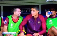 Cầu thủ điển trai cười tít mắt khi được Ronaldo xoa đùi