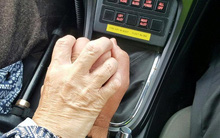 Một cái nắm tay - Câu chuyện về lòng nhân ái mà chàng cảnh sát Anh dành cho bà cụ bị mất trí nhớ