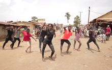Giữa khu chợ tồi tàn, những đứa trẻ châu Phi vẫn nhảy múa thật vui