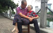 Lặng người trước hình ảnh con trai hiếu thảo ôm người mẹ 82 tuổi ốm yếu ra bờ sông chuyện trò mỗi ngày