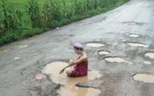 Thái Lan: Nhiều cô gái trẻ đổ xô đi tắm trong vũng nước mưa giữa đường