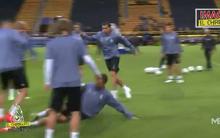 """Cristiano Ronaldo chửi rủa và """"ăn chân"""" đồng đội"""