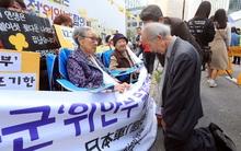 Giáo sư người Nhật quỳ gối xin lỗi những người phụ nữ Hàn Quốc từng là nô lệ tình dục trong chiến tranh