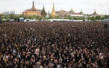 150.000 người dân Thái mặc áo đen tập trung bên ngoài cung điện Hoàng gia hát quốc ca tưởng nhớ vua Bhumibol