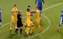 """2 cầu thủ Preston North End tái hiện màn """"gà nhà đá nhau"""" kinh điển"""