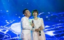 Trấn Thành - Hari Won diện đồ đôi tình tứ song ca trong liveshow 10 năm