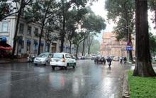 """Sài Gòn được giải nhiệt 30 phút khi xuất hiện mưa """"vàng"""" giữa trưa nắng nóng"""
