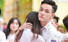 Teen 12 trường Chu Văn An ôm nhau oà khóc trong lễ bế giảng cuối đời học sinh