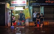Phố cổ Hà Nội ngập lênh láng sau cơn mưa lớn