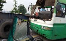 Hàng chục sinh viên hoảng loạn la hét khi xe buýt tông vào đuôi xe container ở Xa lộ Hà Nội