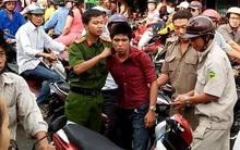 Cô gái dùng nón bảo hiểm đánh tới tấp tên cướp trên đường phố Sài Gòn