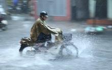 """Nhiều tuyến đường ở Hà Nội """"thất thủ"""" sau trận mưa lớn"""