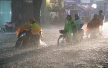Hàng loạt tuyến đường ở Sài Gòn hỗn loạn vì ngập kinh hoàng trong mưa lớn