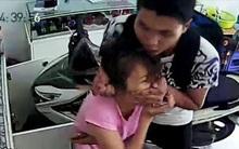 Khởi tố, tạm giam nhóm thanh niên dí dao vào cổ cô gái trẻ cướp chiếc iPhone ở Sài Gòn