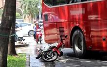 Hàng chục người nước ngoài la hét khi xe khách va chạm với cô gái ở trung tâm Sài Gòn