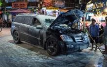 Hà Nội: Ô tô Mercedes bốc cháy ở phố Đồng Xuân
