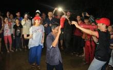 Clip: Cụ già 67 tuổi vùng rốn lũ vô tư nhảy múa cùng Khánh Thi, Phan Anh, Hoàng Bách trong đêm mưa
