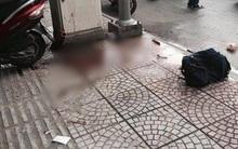 Kinh hoàng người đàn ông bị chém gần đứt lìa tay trên đường phố Sài Gòn