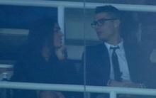 Ronaldo đóng vest bảnh trai, tươi cười cùng bạn gái mới trên khán đài Bernabeu