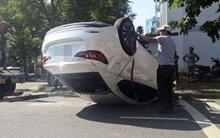 Ô tô lật ngửa sau khi bị tông, nữ tài xế hốt hoảng đạp cửa bò ra ngoài