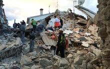 Người dân Italy bàng hoàng trong đống đổ nát sau trận động đất tàn phá gần như toàn bộ thị trấn