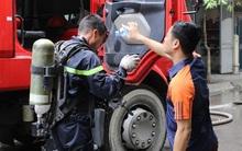 Chùm ảnh: Ngạt thở vì khói từ đám cháy, người dân tiếp nước cho cảnh sát chữa cháy