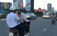 Clip: Học sinh vừa đi đường vừa tranh thủ xúc cơm ăn ngay trên xe máy