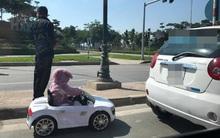 """Hà Nội: Ông bố liều lĩnh ngang nhiên cho con """"lái xe"""" ô tô điều khiển từ xa giữa đường"""