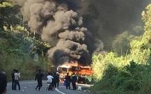 Cháy xe dữ dội gần đảo Cát Bà sau va chạm giữa xe máy và ô tô, 2 người Hàn Quốc thương vong