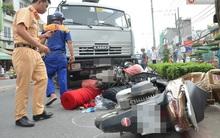 TP. HCM: Xe bồn nổ lốp cuốn nhiều xe máy vào gầm, 3 người bị thương