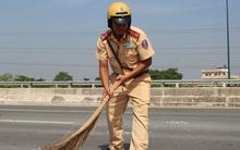 CSGT Sài Gòn đội nắng quét dọn đá rơi trên đại lộ giúp người dân