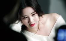 Em út Seohyun (SNSD) hờ hững khoe xương quai xanh cùng đôi gò bồng đào thấp thoáng