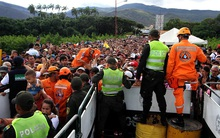 Để tìm thức ăn và thuốc uống, hàng chục nghìn người Venezuela đã vượt biên sang Colombia