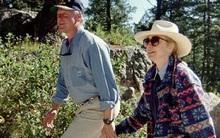 Bà Hillary Clinton được ca ngợi vì gìn giữ và mặc một chiếc áo khoác hơn 20 năm
