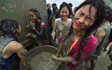 Trai xinh gái đẹp quậy tưng bừng trong lễ hội tắm bùn thường niên tại Hàn Quốc