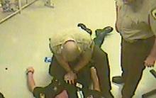 Tù nhân phá cửa buồng giam để cứu quản giáo bị đau tim