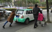 Chồng thong dong đẩy xe nôi trên hè phố, vợ è cổ đẩy ô tô dưới lòng đường gây xôn xao dư luận