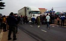 Người dân đổ xô đến gầm xe tải cứu người đàn ông vừa bị kéo lê 15 mét
