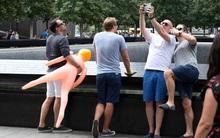 Người dân phẫn nộ trước nhóm du khách selfie cùng búp bê tình dục trước đài tưởng niệm nạn nhân 11/9