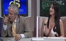 Ăn mặc hở hang, nữ MC bất cẩn để lộ ngực khủng trên sóng truyền hình trực tiếp