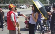 Nữ phóng viên Trung Quốc bị đình chỉ vì đeo kính râm, cầm ô che nắng trong lúc tác nghiệp