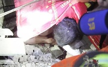 Nhà sập vì mưa lớn, bố dùng thân che chắn, bảo vệ con gái khỏi đống đổ nát